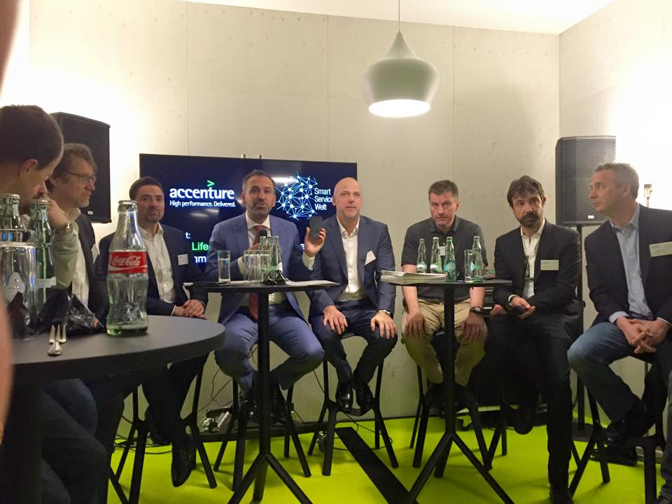 Keynote Speaker Ibrahim Evsan (2.v.l.) bei Accenture auf der CeBIT 2015 mit seinen Gastgebern (v.l.) Ulrich Schmitz, Denis Gassmann, Stefan Schulz, Rahmyn Kress und Paul Breitenbach