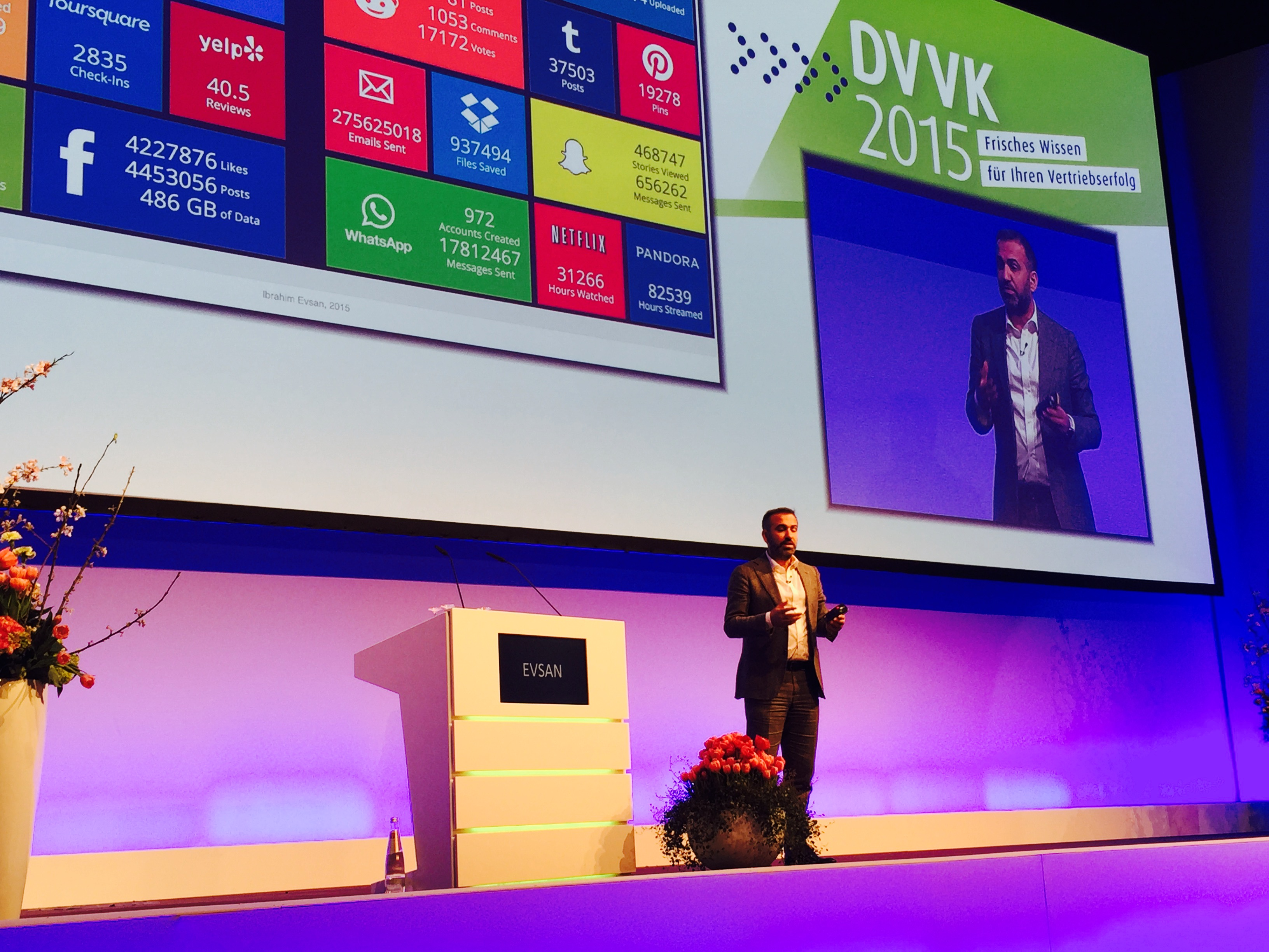 ocial Media Speaker Ibrahim Evsan auf der Bühne bei DVVK 2015